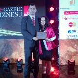 02-Anna-i-Kamil-Sawon-na-scenie-po-odebraniu-dyplomu-eGazel