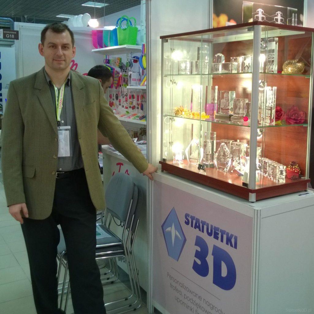Prezes Kamil Sawoń i stoisko Statuetki 3D